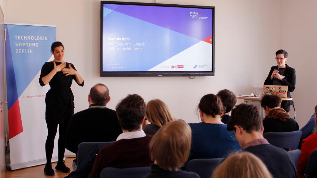 Vortrag mit Gebärdensprache zur Barrierefreiheit in digitalen Kulturangeboten
