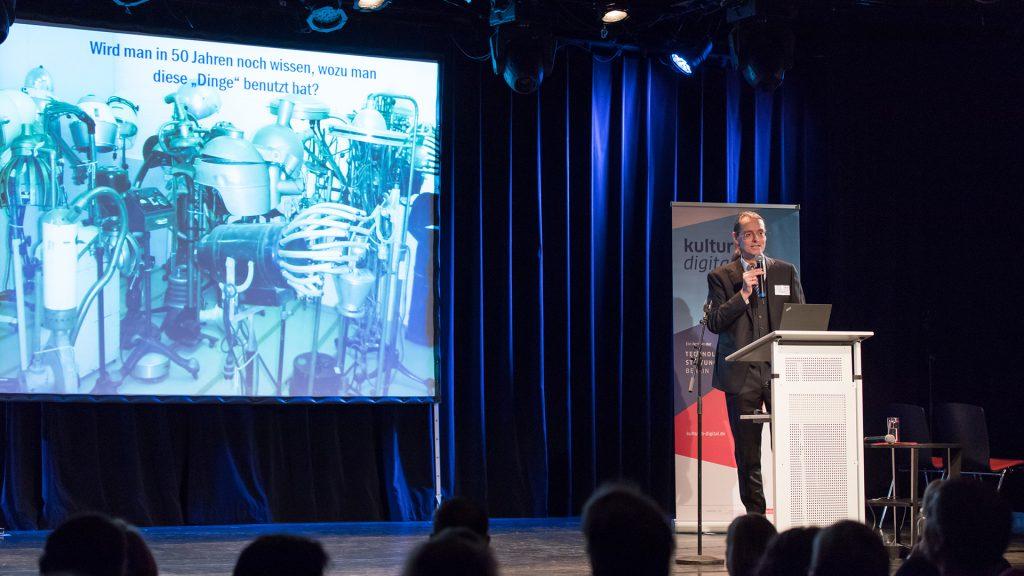 Prof. Dr. Thorsten Koch, Zuse Institut Berlin, spricht auf der 1. kulturBdigital-Konferenz über die Digitalisierung von Kulturgut und die Archivierung sowie Langzeit-Verfügbarkeit von Kultur-Daten
