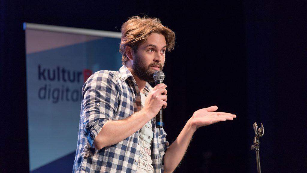 Jan Philip Steimel vom Computerspiel-Theater Kollektiv machina eX diskutiert auf der kulturBdigital-Konferenz 2018, warum die Freie Szene vielen Theatern in der Digitalisierung voraus ist.