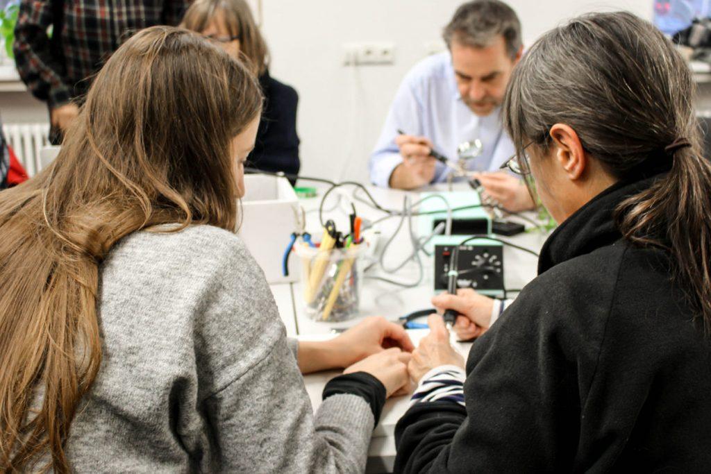 Besucher*innen in der Offenen Werkstatt der Technologiestiftung im CityLab