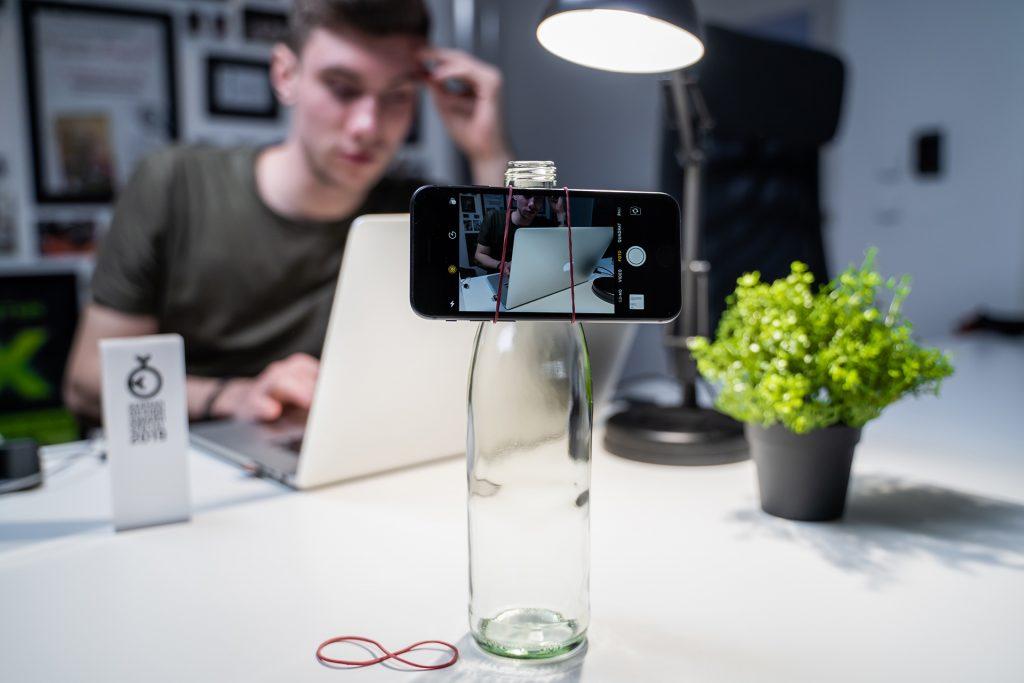 Aufhängung für das Smartphone an einer Flasche alternativ zum Stativ