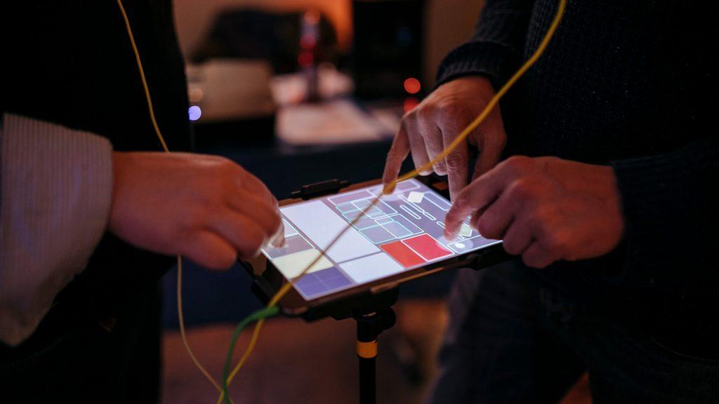 Künstler arbeiten mit digitalen Tools für Medienkunst