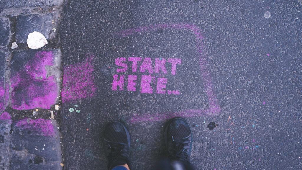 Start der Förderrichtlinie, Symbolfoto mit Start Here Graffiti auf Straße, Foto Gia Oris
