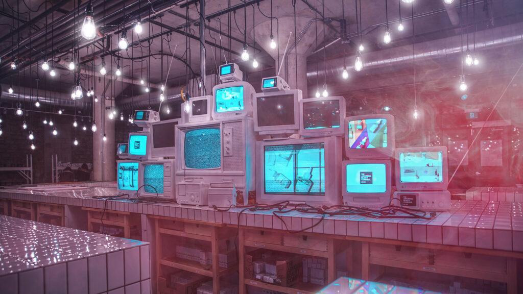 Streaming Symbolbild: Übereinandergestapelte Fernsehmonitore
